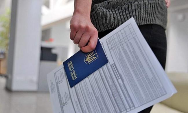 заграничный паспорт в руке у девушки