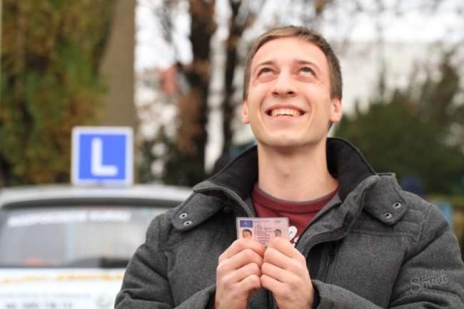 Мужчина с польскими водительскими правами в руках