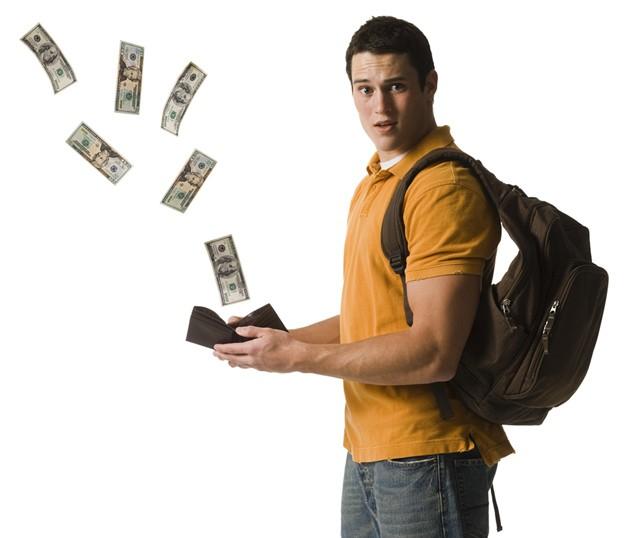 Студент с деньгами из кошелька