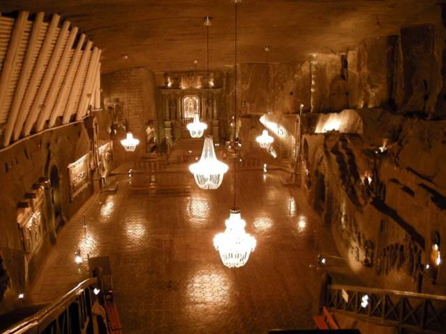 Внутренний зал соляной шахты в Польше